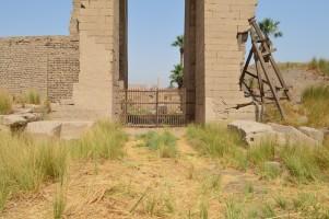 外側から見たアメン神殿の東門
