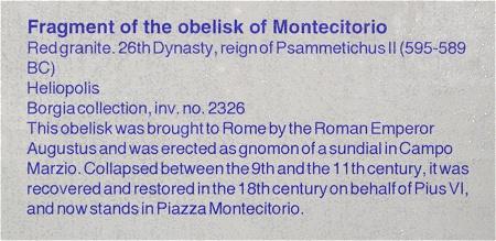 モンテチトーリオのオベリスクの断片の説明文