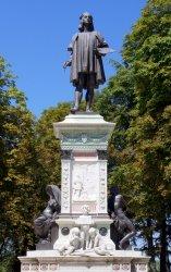 ラファエロの銅像